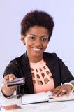 Het vriendschappelijke zwarte bureauvrouw werken Stock Afbeelding