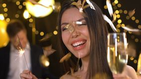 Het vrij Aziatische licht van Bengalen van de dameholding en het dansen bij nieuwe jaarpartij, ontspanning stock video