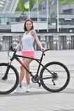 Het vrij geschikte meisje berijdt op fiets in de stad royalty-vrije stock afbeeldingen