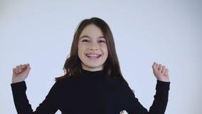 Het vrij jonge meisje opent haar gezicht en het naïeve lachen bij camera langzaam stock video
