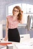 Het vrij jonge meisje van de manierontwerper in bureau Royalty-vrije Stock Afbeeldingen