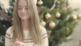 Het vrij jonge meisje werpen en de bal van vangstkerstmis stock video
