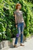 Het vrij redhead meisje met purple nam in openlucht toe Stock Foto