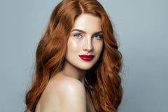 Het vrij rode haired portret van de vrouwenstudio Roodharigemeisje het glimlachen stock afbeelding
