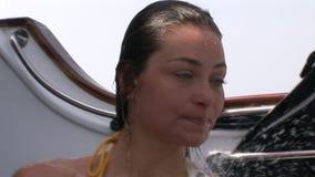 Het vrije duikermodel neemt douche op schip dichtbij water in Rode Overzees stock footage