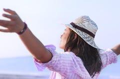 Het vrije gelukkige vrouw genieten van stock foto's