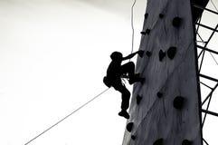 Het vrije jonge de jongen van het klimmerkind praktizeren op kunstmatige keien stock foto