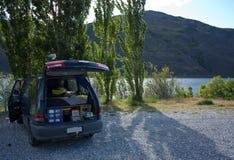 Het vrije kamperen met een kampeerautobestelwagen door de dam tussen Alexandra en Clyde in Nieuw Zeeland royalty-vrije stock foto