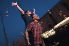 Het vrijheidsleven Gelukkig liefdepaar in motie Stock Foto