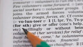 Het vrijwilligerswoord richtte in woordenboek die, die of hulp zonder wordt betaald doen aanbieden stock videobeelden
