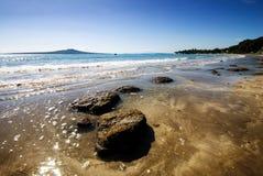 Het vroege strand van ochtendTakapuna stock afbeeldingen