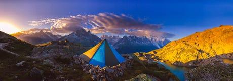 Het vroege zonsopgang lichte breken over de Franse alpen dichtbij Chamonix stock foto