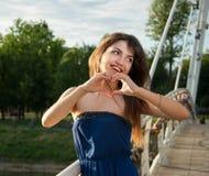 Het vrolijke aardige meisje toont symbool van het hart Royalty-vrije Stock Fotografie