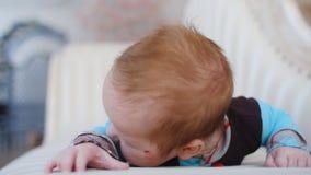 Het vrolijke babyjongen liggen stock videobeelden