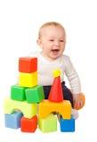 Het vrolijke babyjongen spelen met kleurrijke blokken Royalty-vrije Stock Foto's
