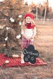 Het vrolijke babymeisje verfraait Kerstmisboom Royalty-vrije Stock Foto