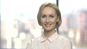 Het vrolijke bedrijfsvrouw stellen op vage achtergrond stock video