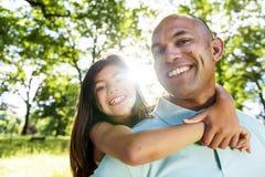 Het Vrolijke Concept van vaderdaughter piggyback bonding stock afbeeldingen