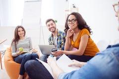 Het vrolijke creatieve team bespreekt hun werk Stock Foto