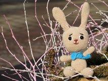Het vrolijke gebreide stuk speelgoed konijntje stemt in met de lente royalty-vrije stock afbeelding