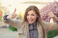 Het vrolijke gelukkige vrouw tonen beduimelt omhoog stock foto