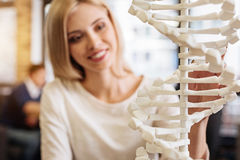 Het vrolijke het glimlachen model van studenten holdign DNA Stock Afbeeldingen