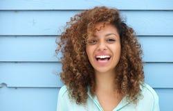 Het vrolijke jonge Afrikaanse vrouw glimlachen Royalty-vrije Stock Foto's