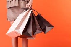 Het vrolijke jonge gestileerde meisje is het gaande winkelen Stock Foto's