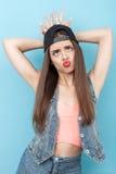 Het vrolijke jonge hipstermeisje maakt pret Stock Fotografie
