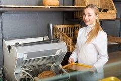 Het vrolijke jonge meisje kleedde zich als bakker stock foto