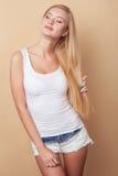 Het vrolijke jonge meisje ontspant met plezier Royalty-vrije Stock Afbeeldingen