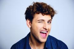 Het vrolijke jonge mens knipogen Stock Fotografie