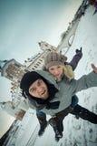 Het vrolijke jonge paar van de reis in liefde bij de muren Royalty-vrije Stock Fotografie