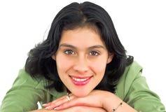 Het vrolijke jonge vrouw glimlachen Stock Foto