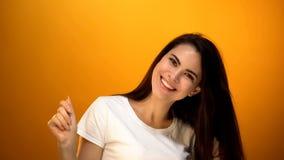 Het vrolijke jonge vrouw stellen voor camera, gezond huidspijkers en haar, vitaminen royalty-vrije stock afbeeldingen