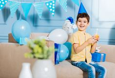 Het vrolijke jongen stellen met een verjaardagsmuffin Stock Afbeelding