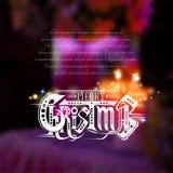 Het vrolijke Kerstmis van letters voorzien met fonkelingen op vage achtergrond met kaarsen Stock Afbeeldingen