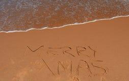 Het vrolijke Kerstmis van letters voorzien op het strand Royalty-vrije Stock Foto's