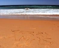 Het vrolijke Kerstmis van letters voorzien op het strand Stock Fotografie