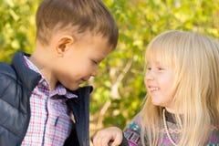 Het vrolijke Leuke Kleine Kinderen Openlucht Spelen Royalty-vrije Stock Afbeelding