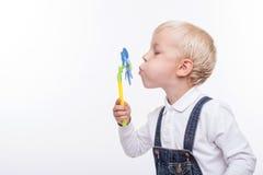 Het vrolijke mannelijke kind maakt pret met het plaything Stock Fotografie