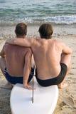 Het vrolijke mannelijke paar omhelzen. Stock Afbeeldingen