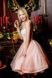 Het vrolijke meisje drinkt champagne royalty-vrije stock afbeeldingen