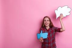 Het vrolijke meisje een document beeld van gedachte of idee houden en een teken die van koppelen omhoog duim terug en lachend royalty-vrije stock foto's