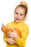 Het vrolijke meisje koestert een pompoen Stock Foto's