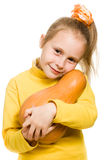 Het vrolijke meisje koestert een pompoen Stock Afbeeldingen