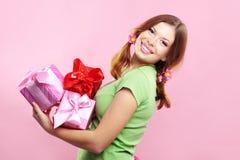 Het vrolijke meisje met stelt voor Stock Foto's