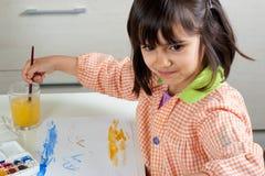 Het vrolijke meisje schilderen Stock Afbeelding