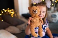 Het vrolijke meisje spelen met haar pluizig stuk speelgoed stock fotografie