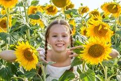 Het vrolijke meisje verbergen in de zonnebloemen royalty-vrije stock foto's